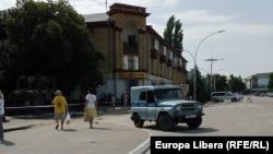 Mașină a miliției transnistrene în fața Mizeului orașului Bender, după ce a fost dată alerta cu bombă