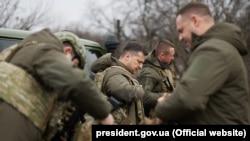 Володимир Зеленський привіз іноземних послів на Донбас на 200-й день так званого перемир'я. Цього дня на фронті теж стріляли російські гібридні сили