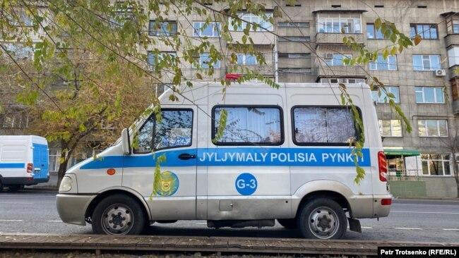 Полицейский автомобиль в день проведения митинга в Алматы. 31 октября 2020 года.