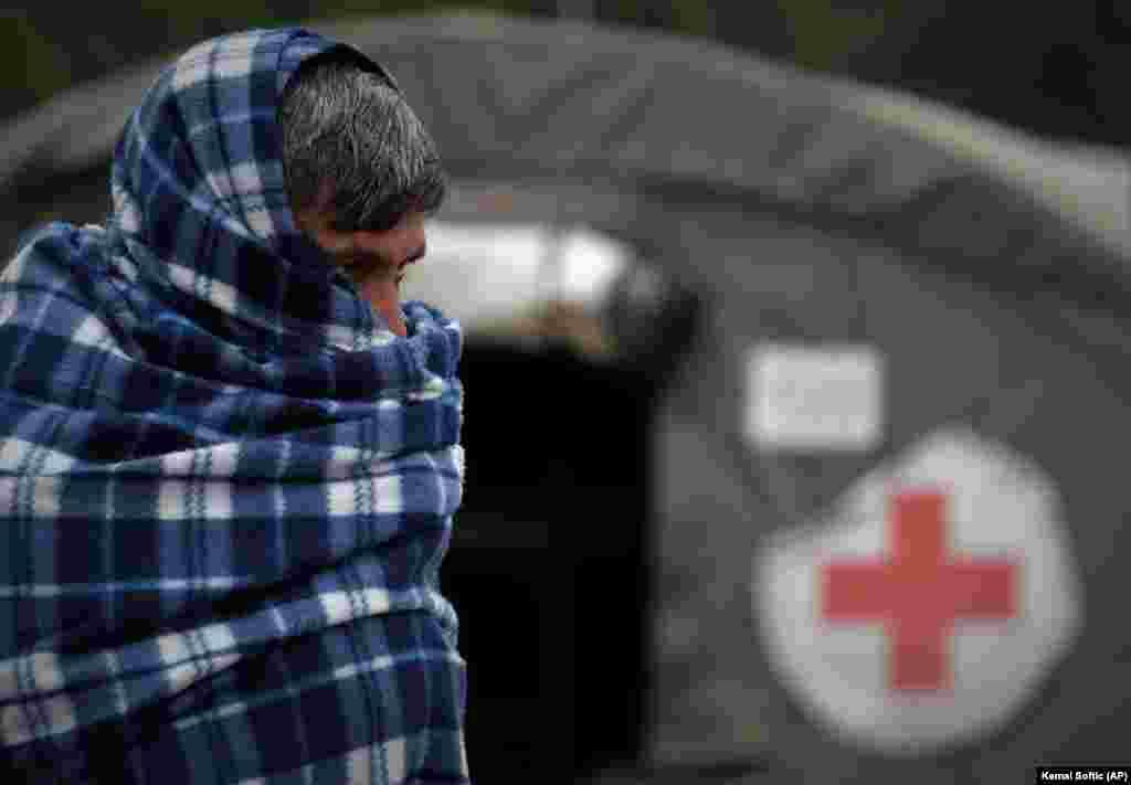 ХРВАТСКА - Премиерот на Хрватска, Андреј Пленковиќ денеска изјави дека го осудува насилството, но дека се уште не добил извештај за најновото видео за третманот на мигрантите на границата со Босна и Херцеговина. Во видетот се гледаат две лица во сини униформи и фантомки на главите тепаат мигранти враќајќи ги кон Босна и Херцеговина.