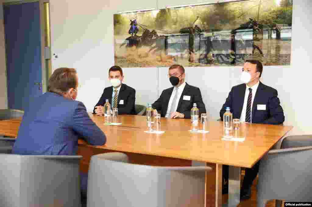 МАКЕДОНИЈА / ЕУ - Европските перспективи и актуелните случувања во земјава биле тема на разговор на средбата во Брисел лидерот на ВМРО-ДПМНЕ Христијан Мицкоски и неговите соработници со комесарот за проширување на Европската Унија, Оливер Вархеј.