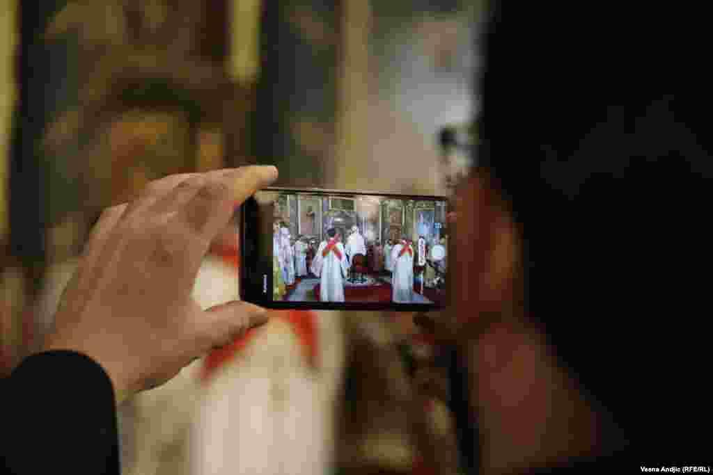 Ceremonija ustoličenja u objektivu mobilnog fotoaparata.