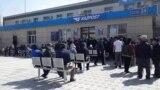 «Эй, соблюдайте очередь!» Толпы у банков и почтовых отделений