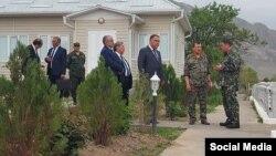 Глава ГКНБ Кыргызстана Камчыбек Ташиев и глава спецслужбы Таджикистана Саймумин Ятимов. Фото взято из социальных сетей.