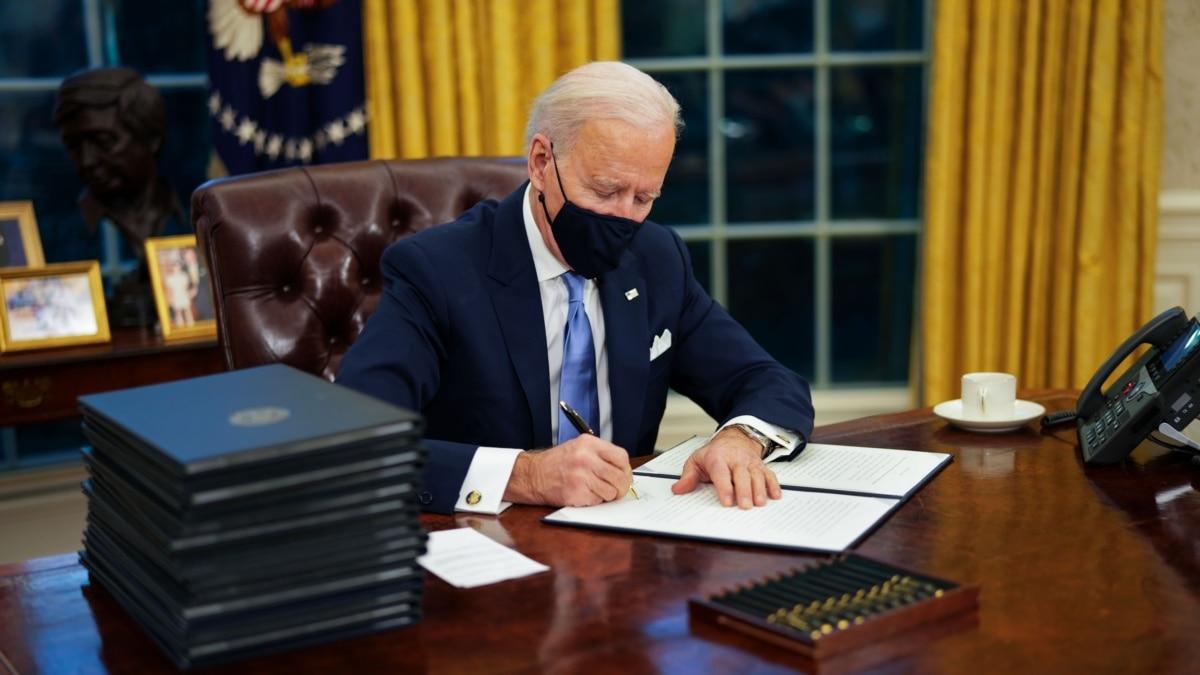 Байден подписал указы для борьбы с пандемией COVID-19 в США