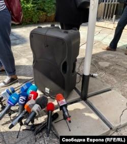 Микрофоните на медиите