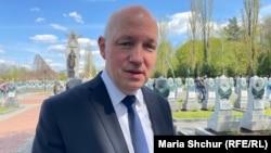 Павел Фішер, голова комітету з закордонних справ, оборони і безпеки Сенату (верхньої палати) парламенту Чехії. Покладання квітів до пам'ятника воїнам Червоної Армії на Ольшанському кладовищі. 8 травня 2021 року