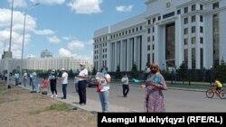 Группа граждан, несогласных с несправедливыми, по их мнению, судебными решениями, проводит «флешмоб» перед зданием Генеральной прокуратуры Казахстана. Нур-Султан, 28 июня 2021 года