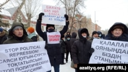 На согласованный митинг люди пришли с плакатами, содержание которых не понравилось властям. Уральск, 28 февраля 2021 года.
