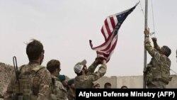 ارشیف، هلمند کې یو شمېر امریکايي سرتیري له خپل افغان ژباړونکو سره
