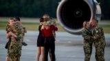 Családtagjaik köszöntötték a kecskeméti repülőtéren az Afganisztánból hazatérő utolsó magyar katonákat.