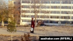 Женщина с сумкой на улице в туркменском городе. Иллюстративное фото.