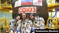Юлия Пересилд (ляво), режисьора Клим Шипенко и капитана Антон Шкаплеров ще снимат първия филм, заснет в Космоса