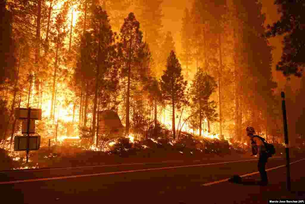 Jobbra Gabe Huck a Monterey-i tűzoltók egyike dolgozik épp a tűzzel.