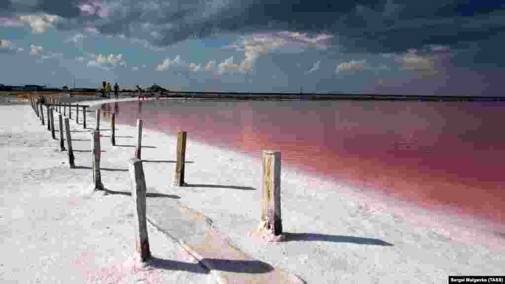 Дерев'яними стовпчиками розмежовані басейни, в яких відбувається видобуток солі