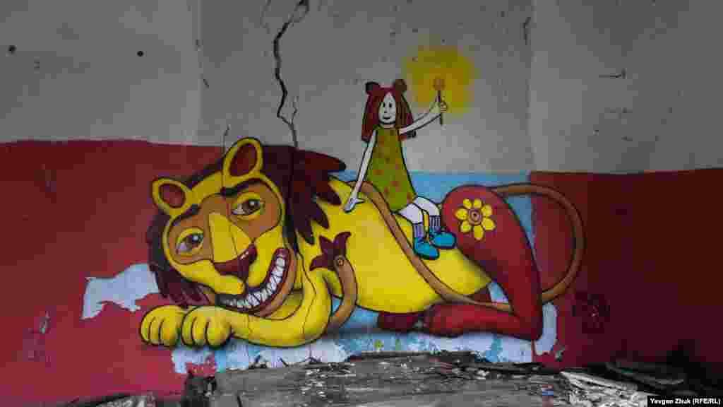 В разрушенных зданиях госпиталя веселят только качественно выполненные граффити