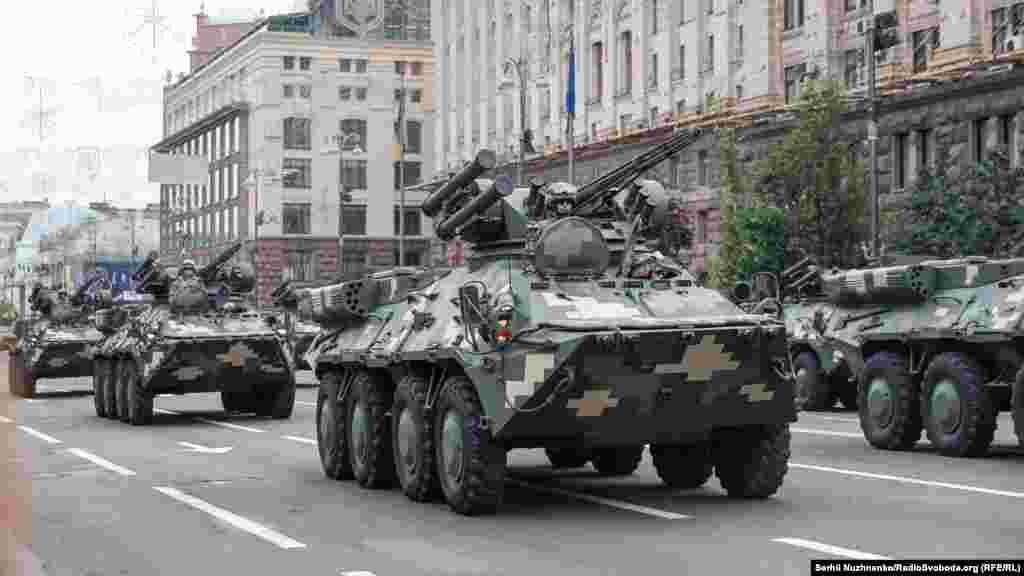 БТР-4Е. Понад 300 одиниць різної військової техніки проїхали вулицею Хрещатик та площею майдан Незалежності