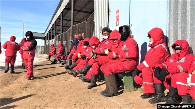 Бастующие нефтяники компании «КМК Мунай» на месторождении Кокжиде. Актюбинская область, 27 января 2021 года.