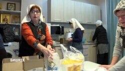Накормить 10 тысяч раз. Волонтеры Бишкека помогают бездомным на рейсах «автобуса милосердия»