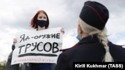 """""""Отровата е оръжието на страхливците"""", пише на плаката, който жена от Новосибирск държи. Демонстрацията й е в подкрепа на Алексей Навални, който предния ден е приет в болницата в Омск със симптомите на отравяне."""
