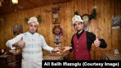 «Таксим» кафесинин ээси, түркиялык ишкер Али Салих Ифлазоглу (солдо) өз кызматкери менен. Сүрөт анын «Фейсбуктагы» баракчасынан алынды.
