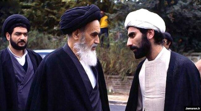 علیاکبر محشتمیپور (سمت چپ) در دوران اقامت خمینی در عراق نمایندهٔ او در برقراری ارتباط با فلسطینیان و شیعیان لبنان بود.