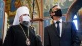 Державний секретар США Ентоні Блінкен розмовляє з митрополитом Епіфанієм, главою Православної церкви України, під час відвідин Михайлівського Золотоверхого собору в Києві, 6 травня 2021 року