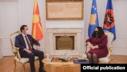 Presidentja e Kosovës Vjosa Osmani dhe ministri i Jashtëm maqedonas Bujar Osmani.