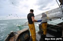 Pescuitul comercial a fost și rămâne o temă majoră de dezbatere politică. În imagine doi pescari britanici, a căror țară a criticat inclusiv în contextul Brexit-ului cotele impuse în domeniu și alte reglementări comunitare.