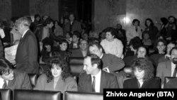 25 февруари 1991 г. Владимир Живков (на преден план, в средата) и неговата племенница Евгения Живкова (вдясно от него) по време на процеса на Тодор Живков в Съдебната палата.