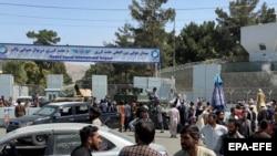 «Талибан» ставит пост у международного аэропорта имени Хамида Карзая, пока люди идут в аэропорт, чтобы покинуть страну после слухов о том, что зарубежные страны эвакуируют людей даже без виз. Кабул, 16 августа 2021 года