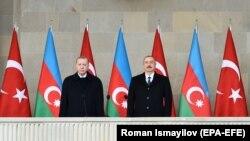 Президент Азербайджана Ильхам Алиев (справа) и президент Турции Реджеп Тайип Эрдоган на военном параде, посвященном победе в вооруженном конфликте в Нагорном Карабахе, в Баку, 10 декабря 2020 года.