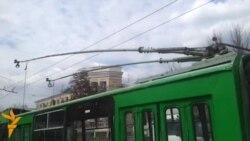 Площу навколо Апеляційного суду Харківської області обгородили тролейбусами та автобусами