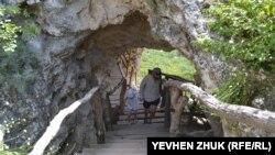 К пещерам монастыря ведут деревянные лестницы