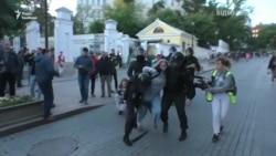 Удар в живіт – російський ОМОН «забезпечує порядок» на мітингах у Москві – відео