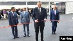 Prezident İlham Əliyev jurnalistlər üçün tikilmiş növbəti binada mənzillərin paylanması mərasimində - 2017