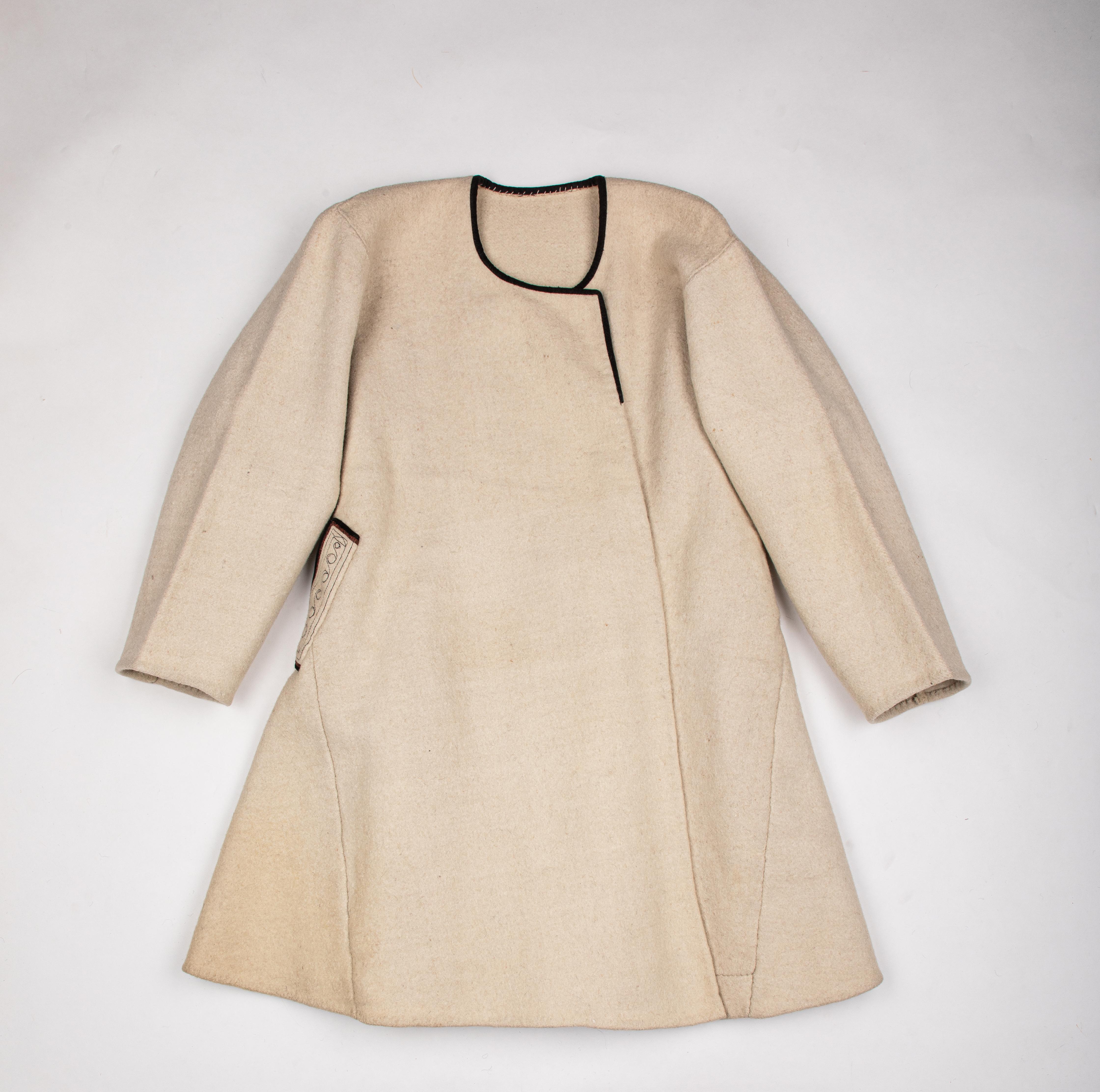 Верхній традиційний одяг з домотканого грубого сукна сірого, білого або брунатного кольору, відомий в Україні з ХІІІ століття.