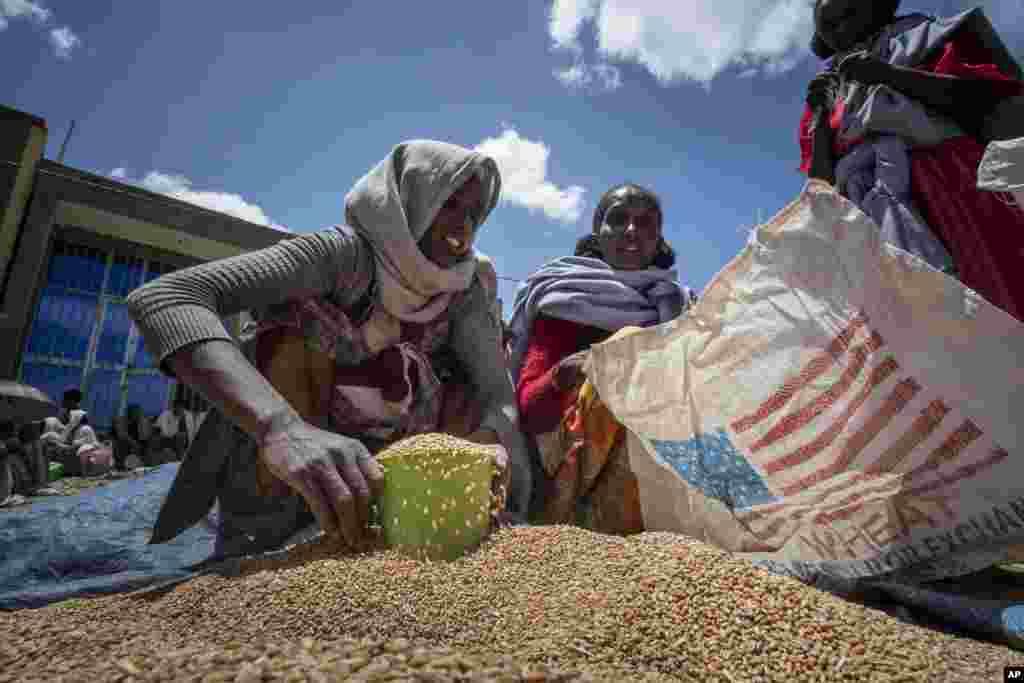 Fiecare familie are alocată o anumită cantitate de grâu. Milioane de etiopieni riscă foametea, 350.000 deja nu mai au ce mânca.