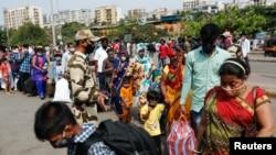 Мумбаи- луѓе со заштитни маски чекаат на железиничка станица, 09.04.2021