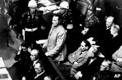 Герман Герінг (стоїть посередині) під час засідання Нюрнберзького трибуналу, 21 листопада 1945 року