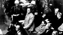 Германн Геринг перед судьями Нюрнбергского трибунала вместе с другими военными преступниками. 21 ноября 1945 г.