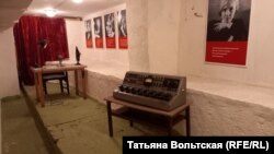 Запасной пульт и стол редактора – на случай, если помещение студии разбомбят, фрагмент экспозиции музея Дома Радио