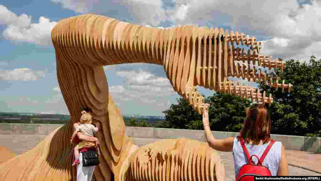 У рамках фестивалю в пустелі встановлюють різні арт-об'єкти, а під кінець організатори заходу за традицією спалюють гігантську дерев'яну людську фігуру