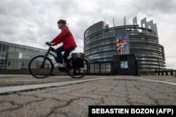 Велосипедист перед зданием Европейского парламента в Страсбурге