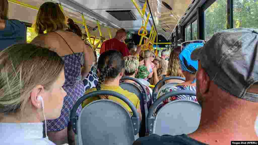 У переповненому автобусі більшість пасажирів – без масок