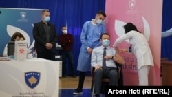 تطبیق واکسین کرونا بر آلبین کورتی، صدراعظم کوسوو