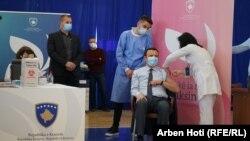Kryeministri i Kosovës, Albin Kurti, duke marrë vaksinën kundër koronavirusit. Prishtinë, 29 mars, 2021.