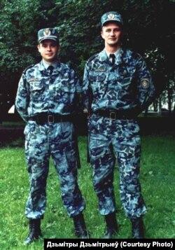 Дзьмітрыеў (зьлева) падчас службы ў міліцыі. Там ён адпрацаваў 17 гадоў.