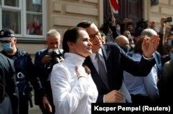 Премьер-министр Польши Матеуш Моравецкий и оппозиционный кандидат в президенты Беларуси Светлана Тихановская во время ее поездки в Варшаву