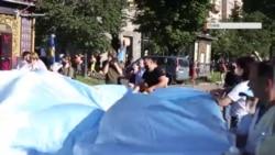 С флагом по Крещатику. Шествие ко дню крымскотатарского флага в Киеве (видео)